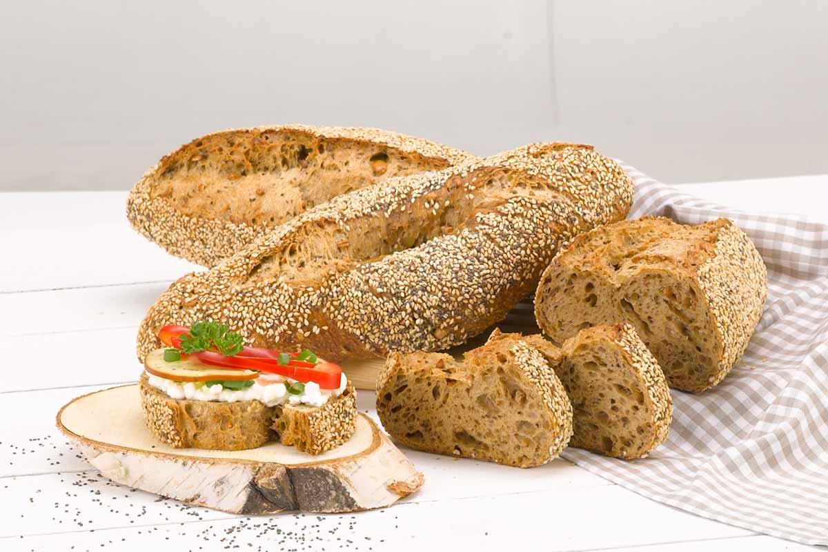 Emmer lässt sich vielfältig in die Ernährung einbinden, z.B. in Form von Baguettes, die in Scheiben geschnitten vielfältig belegt werden können.
