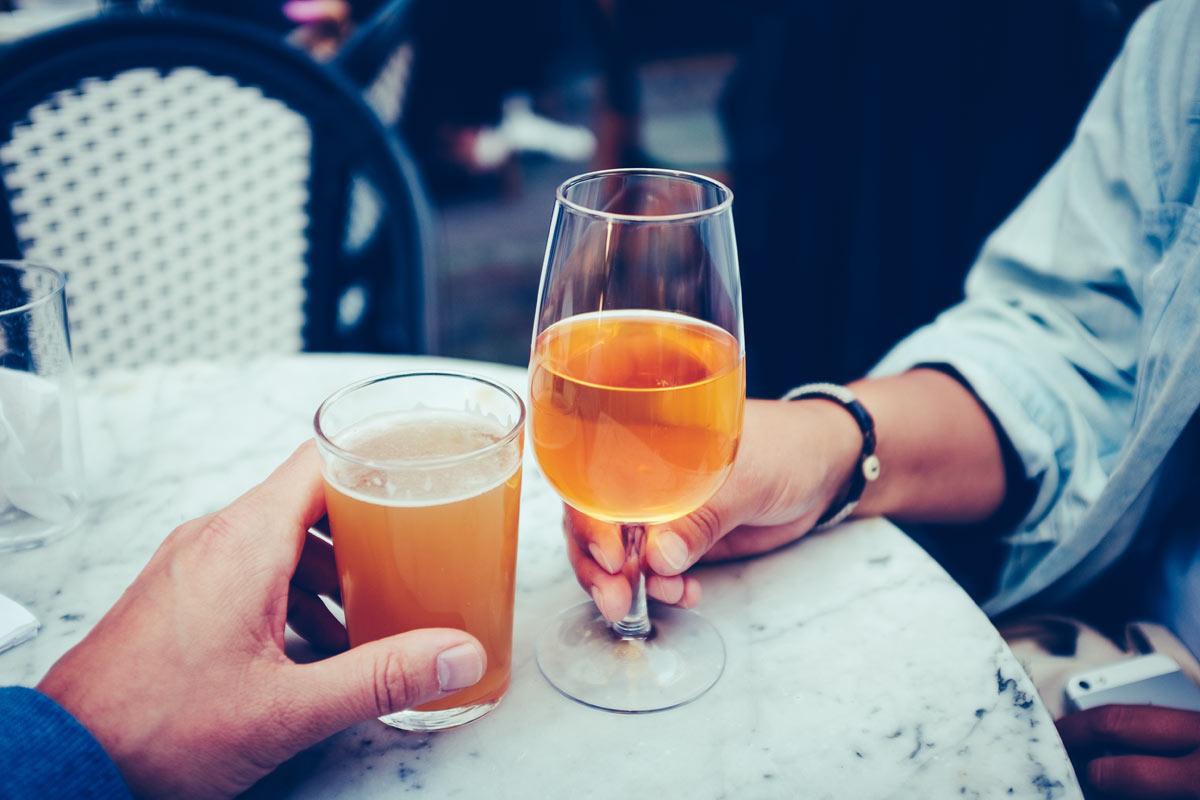 Zwei Gläser gefüllt mit Getränken, die aus dem Urgetreide Emmer hergestellt wurden, darunter Emmerbier.