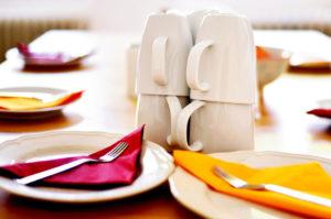 Vorbereitung ist alles für einen perfekten Brunch, deshalb ist der Tisch auch bereits mit Tellern, Besteck und Tassen gedeckt.
