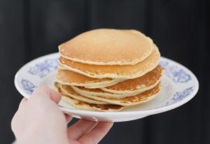 Perfekter Brunch dank eines großen Stapels goldgelber Pancakes, zubereitet mit Emmermehl.