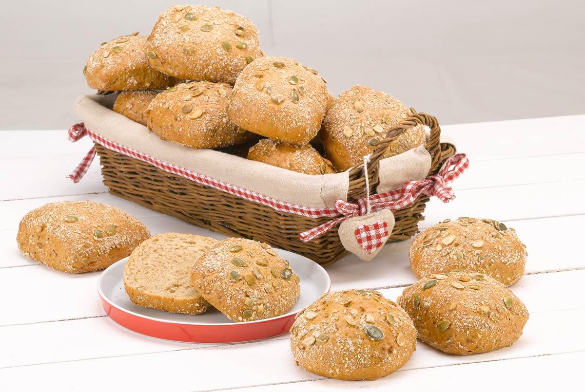 So gelingt der perfekte Brunch: Brötchen aus Emmermehl, in einem geflochtenen, rechteckigen Brotkorb dürfen nicht fehlen.