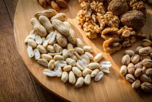 Auswahl an Nüssen, die als Topping für Porridge genutzt werden können.