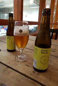 Zwei Flaschen Emmerbier in der Sorte Pale Ale, gebraut in Finnland in der Brauerei Malmgard.