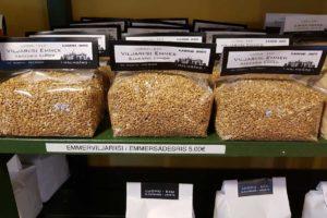 Emmerkörner in durchsichtigen Folienbeuteln, erhältlich im Shop des Gutshauses Malmgard in Finnland.