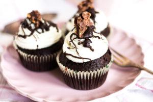 Foodbloggerin Antonella backt Erdnuss-Schokoladen-Cupcakes für den Blog.