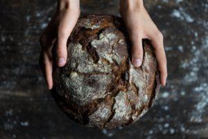 Brot in den Händen
